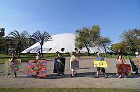 SAO PAULO, SP, 08 DE JUNHO DE 2013 - WALKING GALLERY SP: Oitava edição da Walking Gallery aconteceu na tarde deste sábado (8) no Parque do Ibirapuera, em São Paulo. O evento consiste em uma galeria ambulante na qual os artistas passeiam pelas ruas com fotos, esculturas, pinturas, canções e até poemas pendurados ou colados no corpo. A galeria ambulante passou por pontos do parque como Marquise, Oca, Museu Afro, Praça da Paz, Planetário, Pavilhão Japonês e Viveiro Manequinho Lopez. Idealizado há quatro anos pelo arquiteto e artista catalão José Puig, o primeiro Walking Gallery (WG) ocorreu em Barcelona na Espanha. Hoje a marcha artística já se espalha por cidades como Londres, São Miguel Allende, Montevideo e Buenos Aires, além de seis cidades espanholas.FOTO: LEVI BIANCO - BRAZIL PHOTO PRESS.