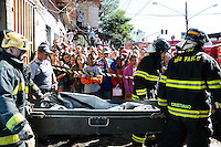 SAO PAULO, SP 07 de julho 2013-Bombeiros retirar os corpos da vitimas do incendio de grandes proporções destrui cerca de 40 moradias e desalojou cerca de 250 famílias da Comunidade da Ilha, na Av Almirante Delamari no Heliópolis, zona sul de São Paulo, na madrugada deste domingo (7)_  ADRIANO LIMA / BRAZIL PHOTO PRESS).