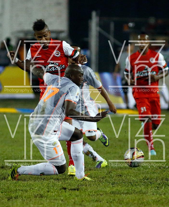 TULUA -COLOMBIA, 30-01-2015. Juan Roa (Izq) jugador de Cortulua disputa el balón con Yilmar Angulo (Der) jugador del Envigado FC durante  partido por la fecha 1 de la Liga Aguila I 2015 jugado en el estadio 12 de Octubre de la ciudad de Tulua./ Juan Roa (L) player of Cortulua vis for the ball with Yilmar Angulo (L) player of Envigado FC during match for the first date of the Aguila League I 2015 played at 12 de Octubre stadium in Tulua city. Photo: VizzorImage / Juan C Quintero /Str