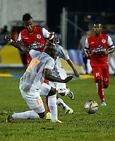 TULUA -COLOMBIA, 30-01-2015. Juan Roa (Izq) jugador de Cortulua disputa el balón con Yilmar Angulo (Der) jugador del Envigado FC durante  partido por la fecha 1 de la Liga Aguila I 2015 jugado en el estadio 12 de Octubre de la ciudad de Tulua./ Juan Roa (L) player of Cortulua vis for the ball with Yilmar Angulo (L) player of Envigado FC during match for the first date of the Aguila League I 2015 played at 12 de Octubre stadium in Tulua city. Photo: VizzorImage / Juan C Quintero /Str