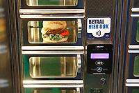 Nederland - Amsterdam - Januari 2019.  HORECAVA beurs in de RAI. Snackautomaat met gehaakte hamburger. Contactloos betalen.    Foto Berlinda van Dam / Hollandse Hoogte