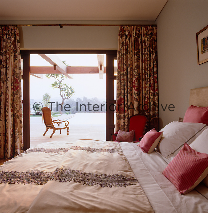 The panelled glass windows of the bedroom open onto an extensive terrace