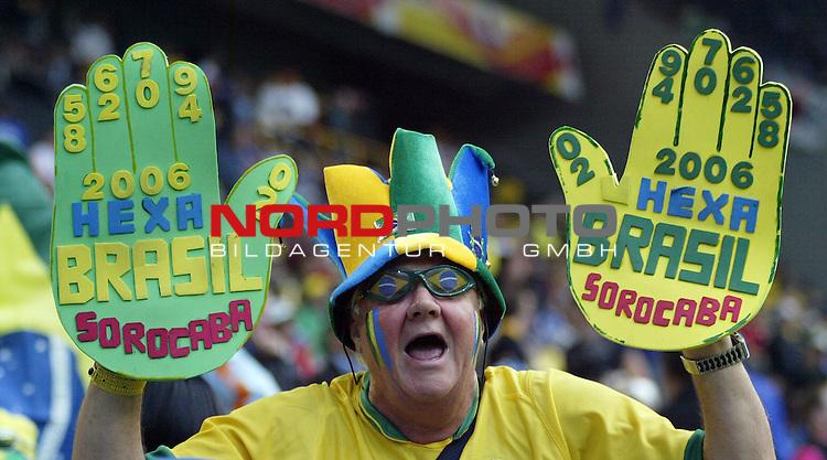 FIFA WM 2006 -  Gruppe F Vorrunde ( Group AF)<br /> Play   #43 (22-Jun) - Japan vs Brasilien<br /> <br /> Fan von Brasilien mit Riesenhandschuhen auf denen die Jahreszahlen der WM Titel von Brasilien stehen.<br /> <br /> Foto &copy; nordphoto