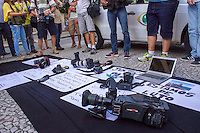 CURITIBA, PR, 11.02.2014 –  SANTIAGO ANDRADE /  HOMENAGEM - Fotógrafos de Curitiba realizaram na tarde desta terça-feira (11), na rua XV de novembro, centro de Curitiba, ato de paralisação por 30 minutos em homenagem ao repórter cinematográfico Santiago Andrade da Rede Bandeirantes, que morreu na ultima segunda-feira (10). fotógrafos, cinegrafistas e assistentes fizeram um minuto de silêncio e oraram  um pai nosso.  (Foto: Paulo Lisboa / Brazil Photo Press)