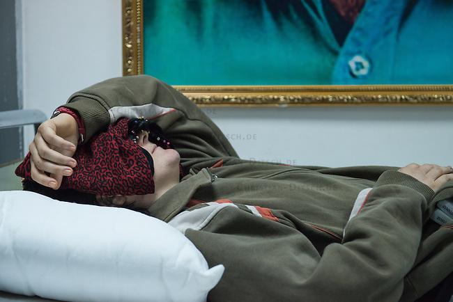 Sehid Xebat Hospital unter YPG-Verwaltung in Qamishli, Rojava/Syrien.<br /> Im Bild: Eine Kaempferin der YPJ, der Fraueneinheit in der Armee der YPG, wurde in Kobane angeschossen und im Krankenhaus operiert. Trotz der OP wird sie weiterhin unter Laehmungen in den Beinen leiden.<br /> 14.12.2014, Qamishli/Rojava/Syrien<br /> Copyright: Christian-Ditsch.de<br /> [Inhaltsveraendernde Manipulation des Fotos nur nach ausdruecklicher Genehmigung des Fotografen. Vereinbarungen ueber Abtretung von Persoenlichkeitsrechten/Model Release der abgebildeten Person/Personen liegen nicht vor. NO MODEL RELEASE! Nur fuer Redaktionelle Zwecke. Don't publish without copyright Christian-Ditsch.de, Veroeffentlichung nur mit Fotografennennung, sowie gegen Honorar, MwSt. und Beleg. Konto: I N G - D i B a, IBAN DE58500105175400192269, BIC INGDDEFFXXX, Kontakt: post@christian-ditsch.de<br /> Bei der Bearbeitung der Dateiinformationen darf die Urheberkennzeichnung in den EXIF- und  IPTC-Daten nicht entfernt werden, diese sind in digitalen Medien nach &sect;95c UrhG rechtlich geschuetzt. Der Urhebervermerk wird gemaess &sect;13 UrhG verlangt.]