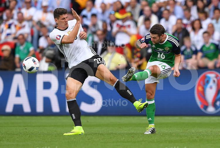 FUSSBALL EURO 2016 GRUPPE C IN PARIS Nordirland - Deutschland     21.06.2016 Mario Gomez (li, Deutschland) gegen Oliver Norwood (re, Nordirland)