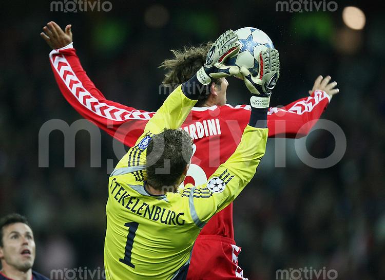 Fussball International Champions League 2005/2006 FC Thun - Ajax Amsterdam Ajax Torwart Maarten Stekelenburg (vorb) gegen Tiago Bernardini (T)