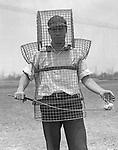 Sicherheit beim Golf. Caddy Mozart Johnson in der neuen Sicherheitsausruestung. Photographie. Um 1920/30. Los Angeles.<br /> <br /> - 01.01.1920-31.12.1920<br /> <br /> Golf safety. Caddy Mozart Johnson in his new golf safety outfit. Photograph. Around 1920/30. Los Angeles.<br /> <br /> - 01.01.1920-31.12.1920