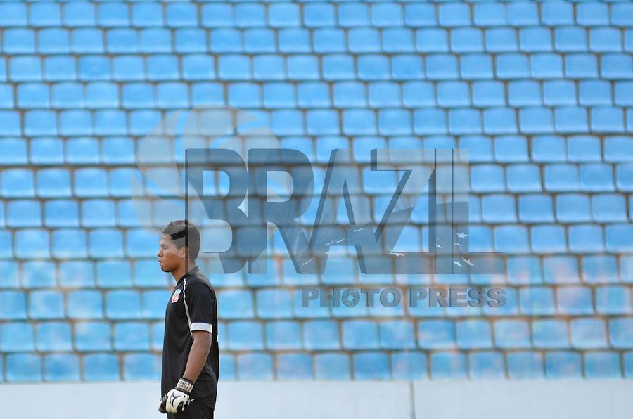 BARUERI, SP, 17 DE JANEIRO DE 2013 - COPA SÃO PAULO DE FUTEBOL JUNIOR - PALMEIRAS x VELO CLUBE: Goleiro do Velo Clube durante partida Palmeiras x Velo Clube, válida pelas oitavas de final da Copa São Paulo de Futebol Junior, disputado na Arena Barueri. FOTO: LEVI BIANCO - BRAZIL PHOTO PRESS