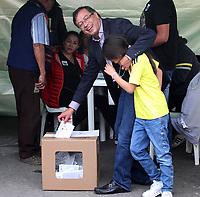 BOGOTÁ - COLOMBIA, 27-05-2018: Gustavo Petro candidato presidencial vota durante las elecciones 2018 en Colombia./Gustavo Petro presidential candidate votes during the 2018 elections in Colombia . Photo: VizzorImage / Felipe Caicedo / Satff