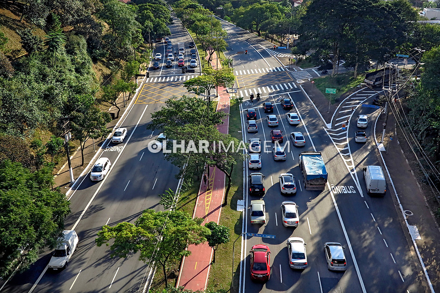 Carros na avenida Sumare, Sao Paulo. 2017. Foto © Juca Martins.