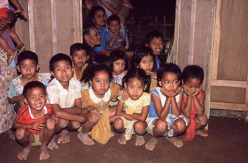 Indonesia, Java island, children waiting to be vaccinated. <br /> Indonesia; Giava, bambini in attesa di essere vaccinati.