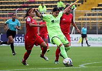 BOGOTÁ - COLOMBIA, 28-03-2018:Angie Valbuena(Centro) jugadora de la Equidad disputa el balón con Patriotas de Boyacá  durante partido por  la sexta Fecha de Liga Aguila Femenina 2018 jugado en el estadio Metropolitano de Techo de la ciudad de Bogotá. /Angie Valbuena (C) player of Equidad  figths the ball agaisnt  of Patriotas of Boyaca  during the match for the date 6 of the Women's Aguila  League 2018 played at the Metroplitano de Techo  Stadium in Bogota city. Photo: VizzorImage / Felipe Caicedo / Staff.