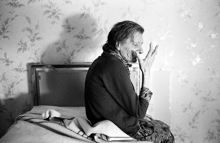 Jean-Louis Courtinat<br /> Malade Alzheimer dans sa chambre, Villejuif, 1994. Avec l&rsquo;aimable autorisation de l&rsquo;artiste.<br /> -----<br /> Jean-Louis Courtinat<br /> An Alzheimer&rsquo;s Disease Patient In The Corridor of The Paul Brousse Hospital Geriatric Service, Villejuif, 1994. Courtesy of the artist.