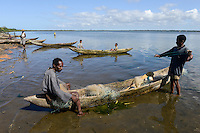 MADAGASCAR Mananjary, village ANILAVINARY at canal des Pangalanes, fishing boat / MADAGASKAR, Region Mananjary, Fischerdorf ANILAVINARY, Boote und Netze