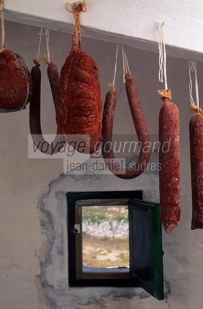 Europe/Espagne/Baléares/Minorque : Charcuteries traditionnelles : sobrassada vieillie dans un séchoir