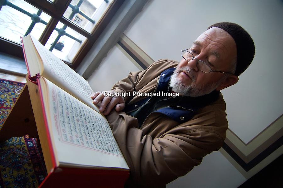 TURQUIA-BURSA.Un anciano lee el coran en el interior de la gran Mezquita de Bursa.foto JOAQUIN GOMEZ SASTRE©