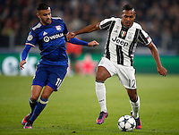 Calcio, Champions League: Gruppo H, Juventus vs Lione. Torino, Juventus Stadium, 2 novembre 2016. <br /> Juventus&rsquo; Alex Sandro, right, is challenged by Lyon's Rachid Ghezzal during the Champions League Group H football match between Juventus and Lyon at Turin's Juventus Stadium, 2 November 2016. The game ended 1-1.<br /> UPDATE IMAGES PRESS/Isabella Bonotto