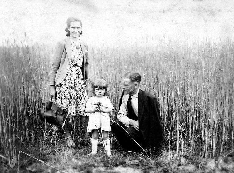 Polish film star Barbara Brylska with mom and dad at 3 years old. / Барбара Брыльска с мамой и папой в 3 года. Личный архив Б.Брыльской