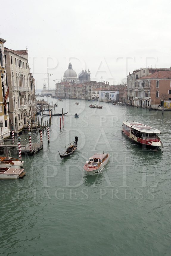 Una veduta del Canal Grande dal Ponte dell'Accademia, con la Basilica di Santa Maria della Salute, sullo sfondo, a Venezia.<br /> A view of the Grand Canal from the Accademia Bridge, with the Basilica of Santa Maria della Salute (St. Mary of Health) in background, in Venice.<br /> UPDATE IMAGES PRESS/Riccardo De Luca