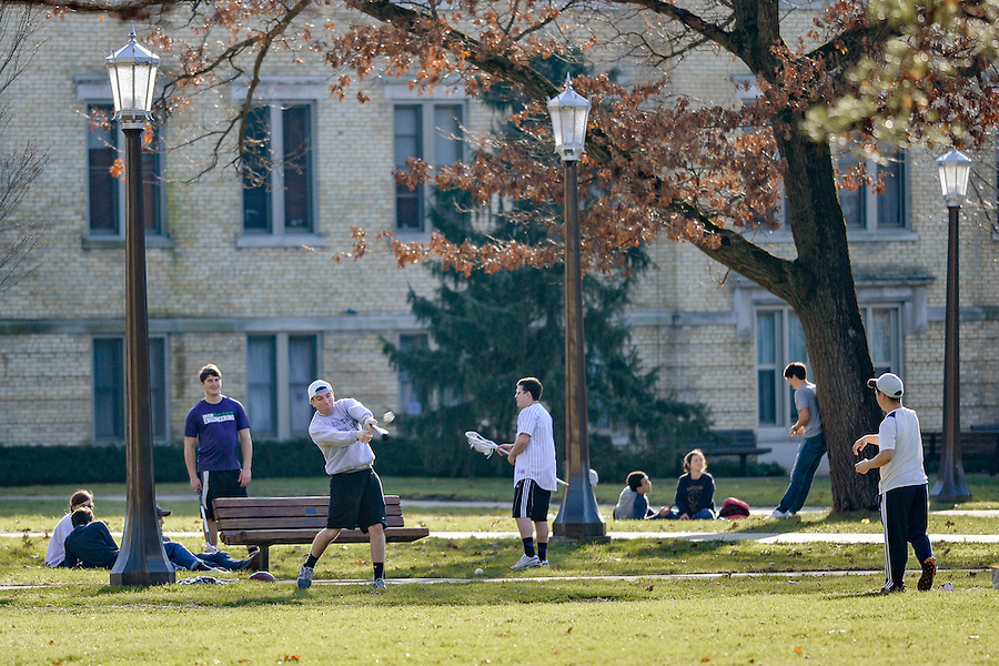 January 21, 2017; Students outside on an unseasonably warm Saturday in January. The high temperature was around 60 degrees F. (Photo by Matt Cashore/University of Notre Dame)