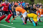 BLOEMENDAAL - Thierry Brinkman (Bldaal)  geeft voor en Roel Bovendeert (Bldaal) scoort tijdens de hoofdklasse competitiewedstrijd hockey heren,  Bloemendaal-Den Bosch (2-1). COPYRIGHT KOEN SUYK