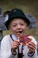 Europe/Autriche/Tyrol/Env Axams: Mathias mange une tartine au refuge de Schwarzenegg lors d'une partie de chasse [Non destiné à un usage publicitaire - Not intended for an advertising use]