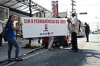 SAO PAULO, 28 DE AGOSTO DE 2012 - PROTESTO CRT AIDS - Manifestantes protestam contra ameaca da diminuicao dos serviços oferecidos pelo Centro de Referência e Treinamento (CRT/AIDS), em frente ao predio do CRT, na Vila Mariana, regiao sul da capital na manha desta terca feira. FOTO: ALEXANDRE MOREIRA - BRAZIL PHOTO PRESS