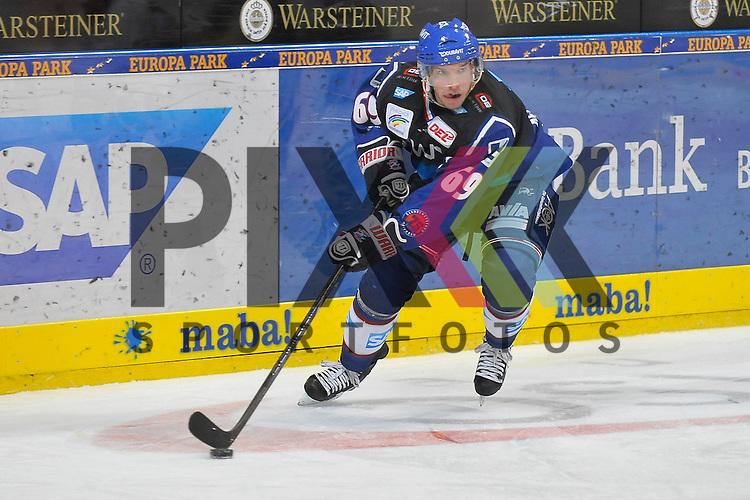 Mannheims Florian Kettemer (Nr.69) mit dem Puck beim Spiel in der DEL, Adler Mannheim - Grizzly Adams Wolfsburg.<br /> <br /> Foto &copy; Ice-Hockey-Picture-24 *** Foto ist honorarpflichtig! *** Auf Anfrage in hoeherer Qualitaet/Aufloesung. Belegexemplar erbeten. Veroeffentlichung ausschliesslich fuer journalistisch-publizistische Zwecke. For editorial use only.