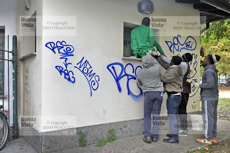 - Milano, novembre 2016, un gruppo di profughi e richiedenti asilo, nel quadro del programma di lavori volontari socialmente utili organizzato dal Comune di Milano, ripulisce i graffiti intorno al Parco delle  Basiliche<br />