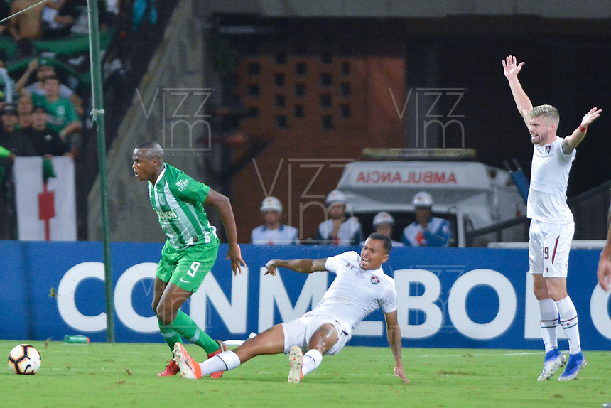 MEDELLIN - COLOMBIA, 29-05-2019: Brandon Caicedo del Nacional disputa el balón con Allan Souza y Caio Henrique del Fluminense durante partido de vuelta entre Atlético Nacional de Colombia y Fluminense de Brasil por los dieciseisavos de final de la Copa CONMEBOL Sudamericana 2019 jugado en el estadio Atanasio Girardot de la ciudad de Medellín. / Brandon Caicedo of Nacional vies for the ball with Allan Souza and Caio Henrique of Fluminense during second leg match between Atletico Nacional of Colombia and Fluminense of Brazil for the sixteenth-finals as part of the Copa CONMEBOL Sudamericana 2019 played at Atanasio Girardot stadium of Medellin city. Photo: VizzorImage / Leon Monsalve / Cont