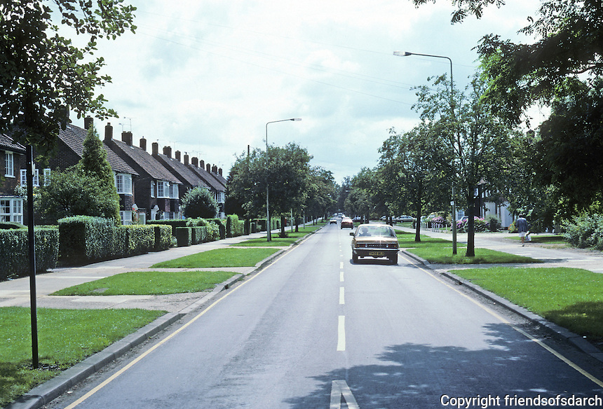 Welwyn: Looking south on Longcroft Lane, Georgian semi-detached houses. Differs from usual spec development in its provision of grass between street and pavement. Photo '87.