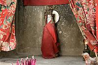 Les Hakkas comme la plupart des Chinois du Sud, sont très religieux. Les temples et les autels à Guanyin sont partout. La déesse vénérée est habillée, la rendant presque vivante.