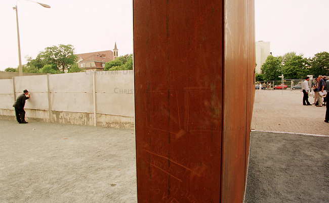Blick in die Gedenkstaette Berliner Mauer, die zwischen den Stadtteilen Wedding und Mitte auf dem ehemaligen Mauerstreifen auf dem Gelaende der Sophien-Kirch-Gemeinde liegt. Sie ist eine Nachbildung des ehemaligen Grenzstreifens. Entworfen wurde sie von dem Architekten Sven Kolhoff und wurde am 13. August 1998, dem Jahrestag des Mauerbaus, eingeweiht.<br /> 12.8.1998, Berlin<br /> Copyright: Christian-Ditsch.de<br /> [Inhaltsveraendernde Manipulation des Fotos nur nach ausdruecklicher Genehmigung des Fotografen. Vereinbarungen ueber Abtretung von Persoenlichkeitsrechten/Model Release der abgebildeten Person/Personen liegen nicht vor. NO MODEL RELEASE! Nur fuer Redaktionelle Zwecke. Don't publish without copyright Christian-Ditsch.de, Veroeffentlichung nur mit Fotografennennung, sowie gegen Honorar, MwSt. und Beleg. Konto: I N G - D i B a, IBAN DE58500105175400192269, BIC INGDDEFFXXX, Kontakt: post@christian-ditsch.de<br /> Bei der Bearbeitung der Dateiinformationen darf die Urheberkennzeichnung in den EXIF- und  IPTC-Daten nicht entfernt werden, diese sind in digitalen Medien nach &sect;95c UrhG rechtlich geschuetzt. Der Urhebervermerk wird gemaess &sect;13 UrhG verlangt.]