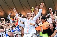 FUSSBALL WM 2014                       FINALE   Deutschland - Argentinien     13.07.2014 DEUTSCHLAND FEIERT DEN WM TITEL: Lukas Podolski jubelt ihm Fanblock