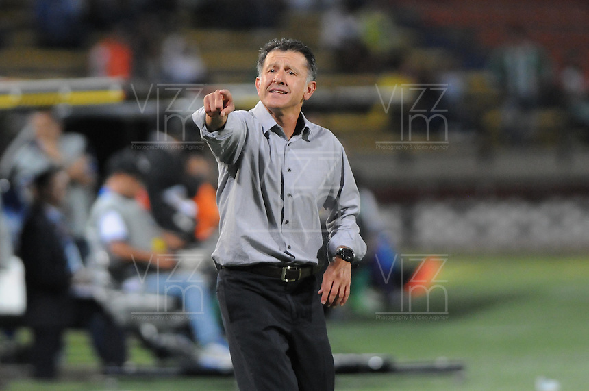 MEDELLIN, COLOMBIA, 29-08-2013.  Juan Carlos Osorio técnico del Nacional gesticula durante partido contra Deportivo Cali válido por la séptima fecha de la Liga Postobón II 2013 jugado en el estadio Atanasio Girardot dela ciudad de Medellín./ Nacional coach Juan Carlos Osorio gestures during match against Deportivo  Cali valid for the  seventh date of the Postobon League II 2013 at Atanasio Girardot stadium in Medellin city. Photo: VizzorImage/ Luis Rios/STR