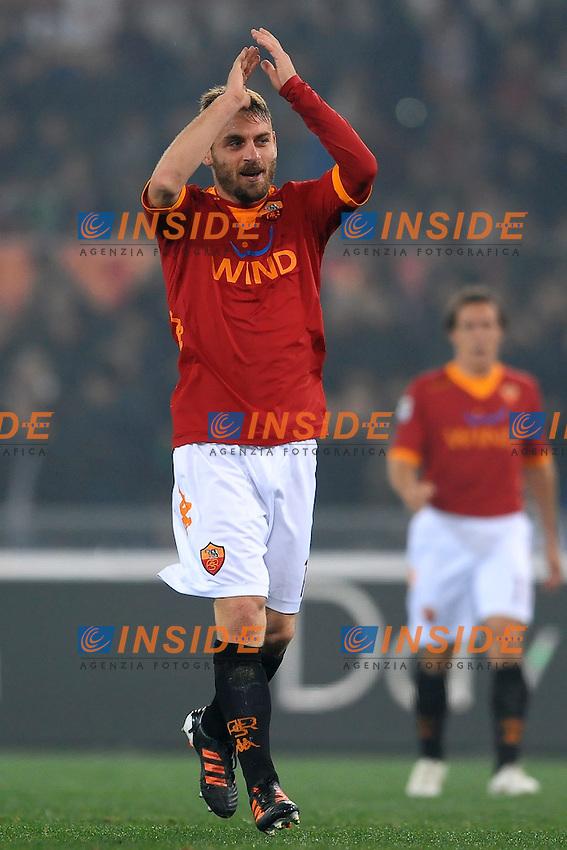 """Daniele De Rossi esultanza dopo il gol.Goal celebration.Roma 12/12/2011 Stadio """"Olimpico"""".Football Calcio 2011/2012 Serie A.Roma Vs Juventus 1-1.Foto Insidefoto Andrea Staccioli"""