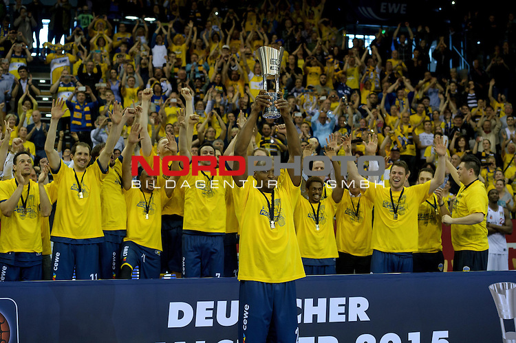 12.04.2015, EWE Arena, Oldenburg, GER, Beko BBL Top Four, Finale, Brose Baskets vs EWE Baskets Oldenburg, im Bild Oldenburg ist Pokalsieger 2015<br /> <br /> Foto &copy; nordphoto / Frisch