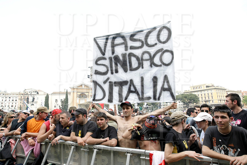 Fans di Vasco Rossi per il tradizionale concerto del Primo Maggio organizzato da Cgil, Cisl e Uil in piazza San Giovanni, Roma, 1 maggio 2009..Italian rock star Vasco Rossi's fans eshibit banners at St. John Lateran's Square, Rome, 1 may 2009, for the traditional May Day concert..UPDATE IMAGES PRESS/Riccardo De Luca..