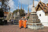 Thailand, Central Thailand, Bangkok: Wat Pho. Young Buddhist Monks walking through ceramic Chedis | Thailand, Zentralthailand, Bangkok: Wat Pho, junge, buddhistische Moenche zwischen Chedis aus Keramik