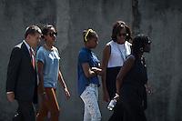Die Frau US-Praesidenten Barack Obama, Michelle (2.v.r.), Obama Schwester Auma (r.), Tochter Malia und Sasha (2.v.l und 3.v.l.), und Joachim Sauer, Ehepartner von Bundeskanzlerin Angela Merkel (l.) am Mittwoch (19.06.13) beim Gedenkstaette Berliner Mauer in Berlin. Foto: Maja Hitij/Commonlens