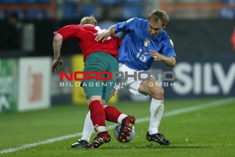 U21 - EM 2004 - Gruppe A<br /> Italien vs. Belarus 1:2<br /> Marco Donadel (rechts) von Italien im Zweikampf mit Sergei Kornilenko (links) von Belarus.<br /> Foto &copy; nordphoto - Ruediger Lampe<br /> <br />  *** Local Caption *** Foto ist honorarpflichtig! zzgl. gesetzl. MwSt.<br />  Belegexemplar erforderlich<br /> Adresse: nordphoto<br /> Georg-Reinke-Strasse 1<br /> 49377 Vechta