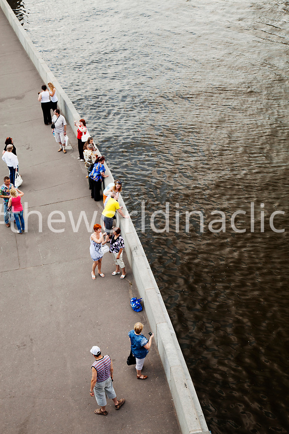 RUSSIA, Moscow. Locals and tourists hanging out by the Moscow River.