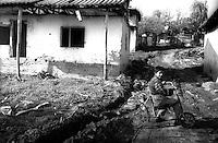Kosovo   Novembre 2000.Pe? (in albanese Pejë / Peja; in serbo Pe?).zona di Mahala e Bates.Un bambino di etnia rom ..
