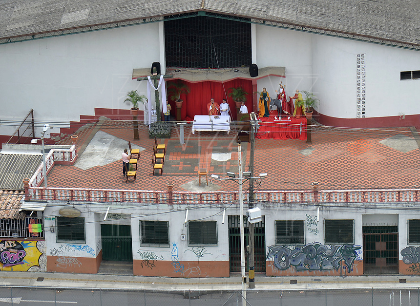 ENVIGADO- COLOMBIA, 05-04-2020:Imágenes de la ciudad en el aislamento preventivo obligatorio contra la propagación del Coronavirus.Misa de domingo de Ramos en la Parroquia María Reina de la Paz,en el barrio La Paz,municipio de Envigado./<br />