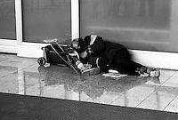 Senza fissa invalido dimora dorme per la strada, zona Stazione Termini.Homeles  disabled, sleeps on the street, Termini Station Area