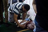 Un homme pleure pour un membre de sa famille qui est mort lors d'affrontements avec des policiers dans la rue Tayaran. Les manifestants blessés et les morts sont porté à la mosquée Rabaa où se trouve un 'hôpital de campagne, Nasr district ville du Caire, en Egypte, le mercredi 14 août 2013.