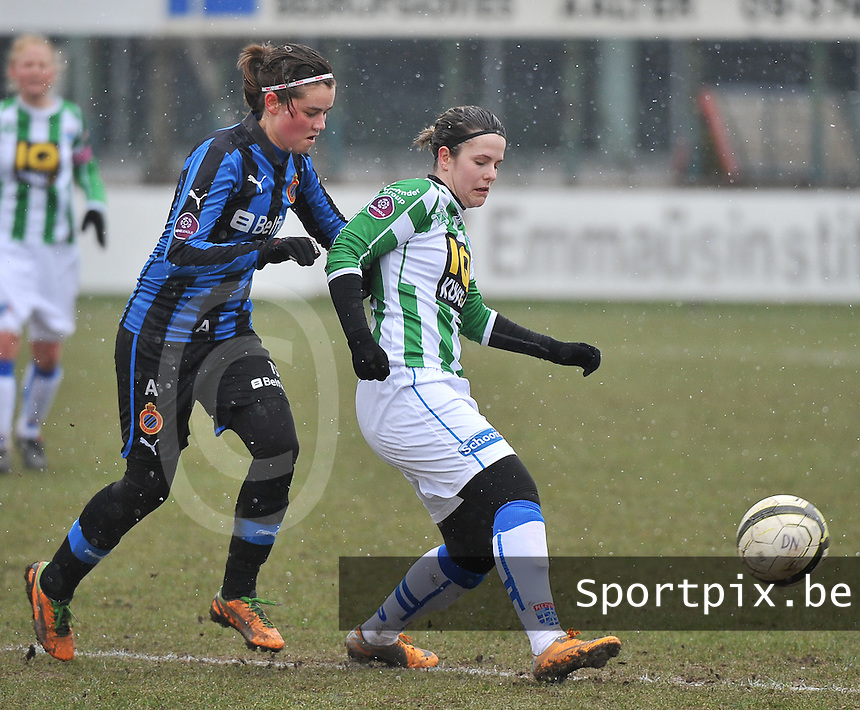 Club Brugge Dames - PEC Zwolle : Maria Laura Aga Martinez in duel met Charlotte Laridon (links).foto DAVID CATRY / Vrouwenteam.be