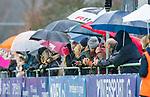 AMSTELVEEN -  toeschouwers trotseren de regen  tijdens de hoofdklasse competitiewedstrijd dames, Pinoke-Amsterdam (3-4). COPYRIGHT KOEN SUYK