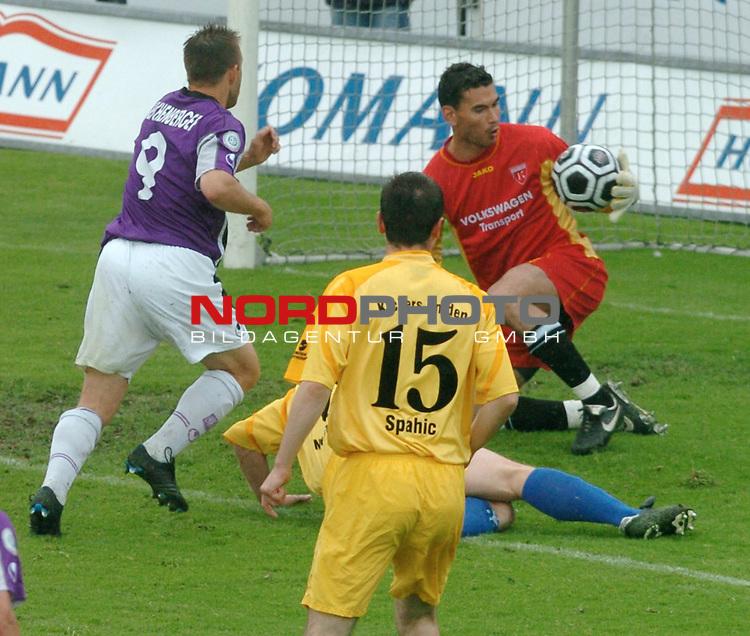 RLN 2005/2006 -37 . Spieltag - RŁckrunde<br />  VFL Osnabrueck vs.Kickers Emden<br /> <br /> Reichenberger vor Torwart Nourreddine Semghoun<br /> <br /> <br /> <br /> Foto &copy; nordphoto <br /> <br /> <br /> <br />  *** Local Caption *** Foto ist honorarpflichtig! zzgl. gesetzl. MwSt.<br /> <br />  Belegexemplar erforderlich<br /> <br /> Adresse: nordphoto<br /> <br /> Georg-Reinke-Strasse 1<br /> <br /> 49377 Vechta